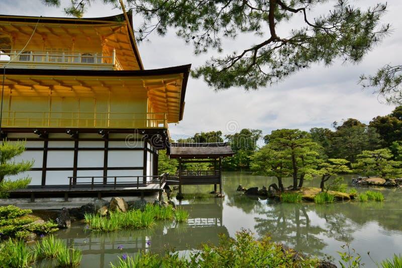 Achtermening van het Gouden Paviljoen Zen boeddhistische tempel Kinkaku -kinkaku-ji kyoto japan royalty-vrije stock fotografie