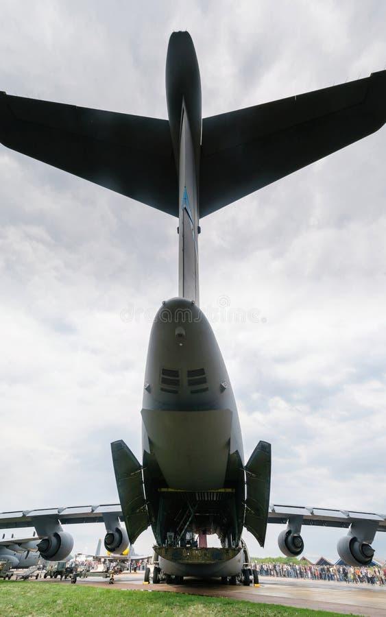 Achtermening van het ladingscompartiment van een militair vervoervliegtuig, Rusland royalty-vrije stock foto
