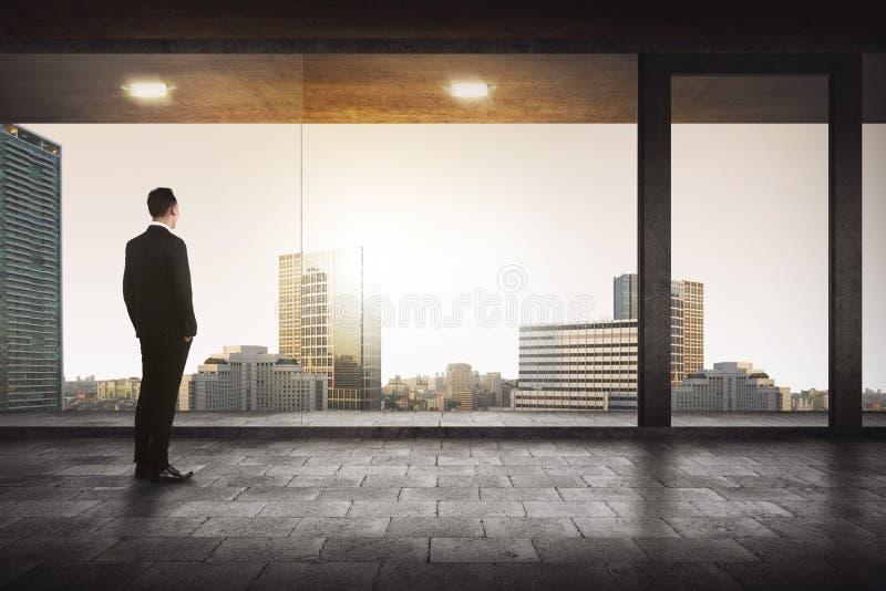Achtermening van het succesvolle manager kijken de stad stock foto's