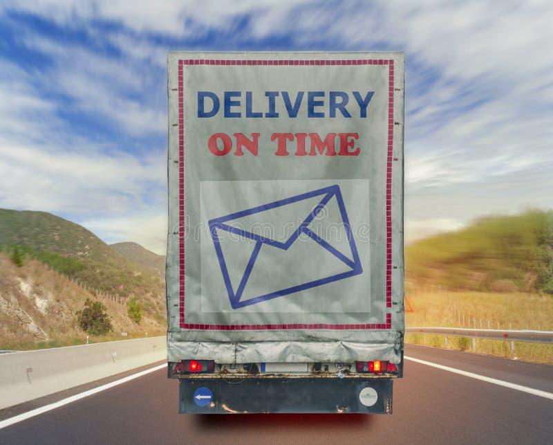 Achtermening van het vervoercontainer van de vrachtwagenlevering op tijd op de weg royalty-vrije stock afbeeldingen