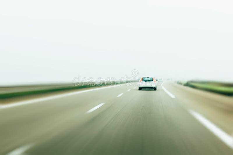 Achtermening van het witte witte auto drijven op Duitse autobahn royalty-vrije stock afbeelding
