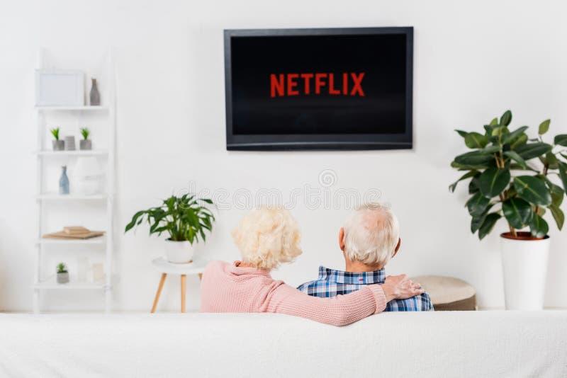achtermening van hoger paar die netflix op TV letten op stock fotografie