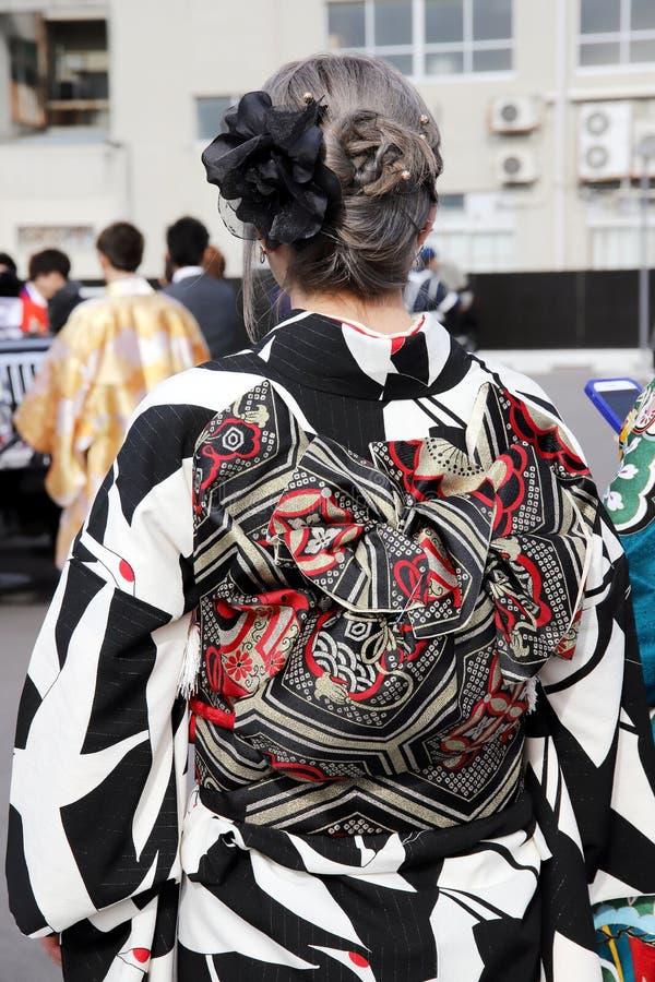 Achtermening van Japanse jonge vrouw die traditionele kimono dragen stock afbeeldingen