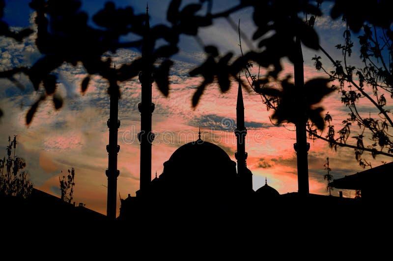 Achtermening van Kocatepe-moskee op roodachtige achtergrond royalty-vrije stock foto