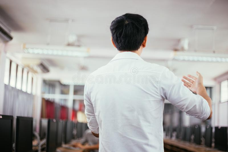 Achtermening van mannelijke zakenman die en een lezing in openbare het spreken gebeurtenis in kleine ruimte spreken maken royalty-vrije stock foto