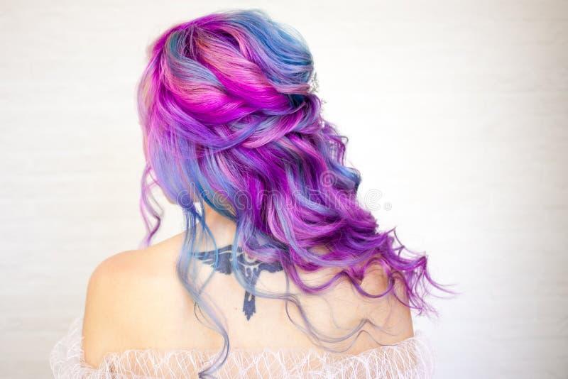 Achtermening van modieus de jeugdmeisje met heldere haarkleuring, Ombre met blauwe purpere schaduwen royalty-vrije stock afbeeldingen