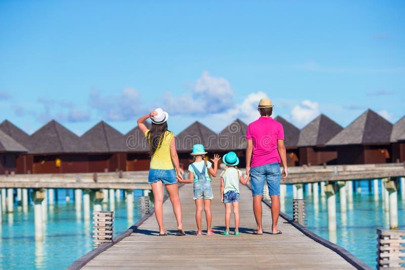 Achtermening van mooie familie op de zomervakantie stock foto