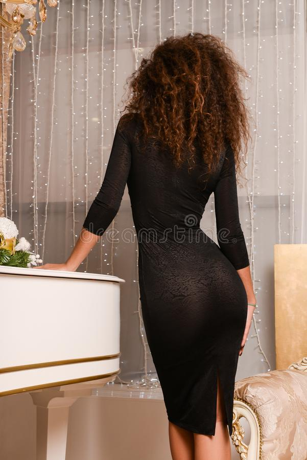 Achtermening van slanke sexy vrouw in zwarte kleding royalty-vrije stock foto's