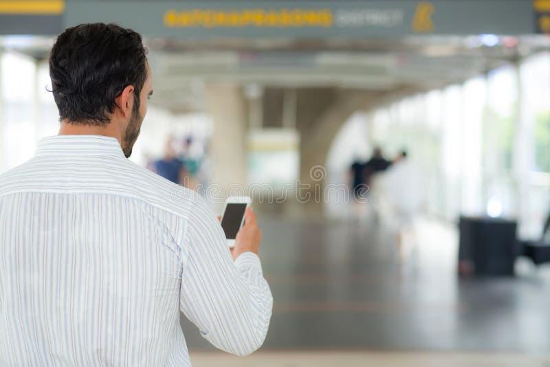 Achtermening van a van zakenman die mobiele smartphone gebruiken royalty-vrije stock foto