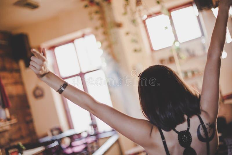 Achtermening van verheugend meisje bij koffie stock foto's