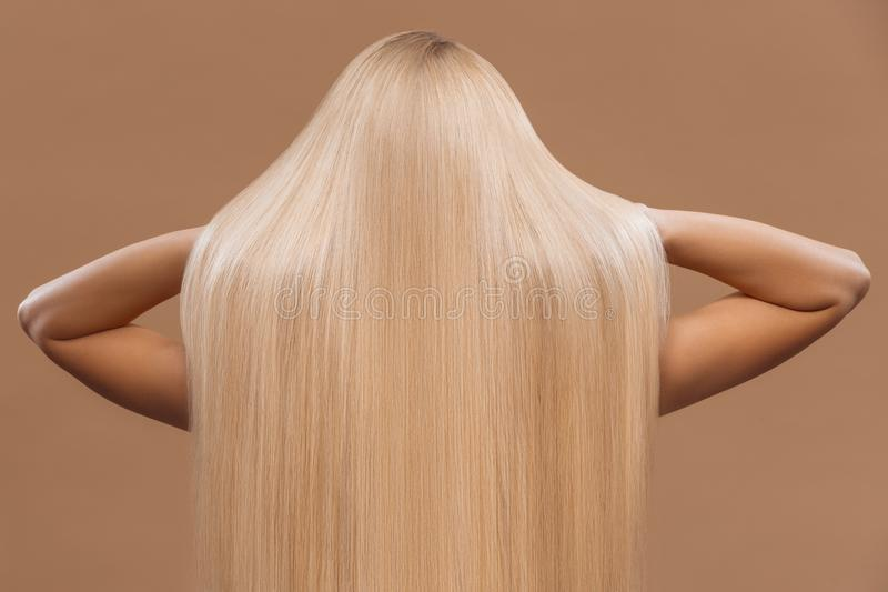 achtermening van vrouw met lang mooi blond haar, stock afbeelding