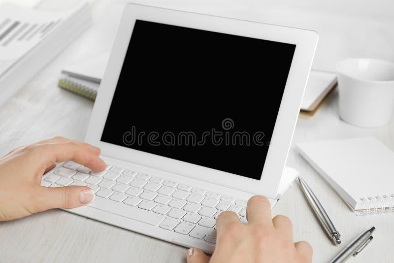 Achtermening van werknemershanden die aan het toetsenbord van de tabletcomputer werken royalty-vrije stock foto's
