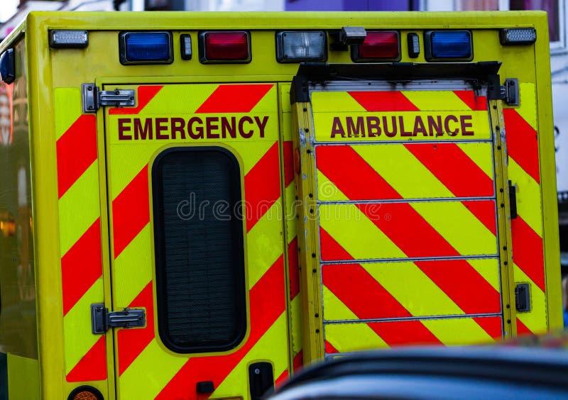 Achtermening van ziekenwagenauto in het verkeer Dringend hulp en gezondheidsconceptenbeeld royalty-vrije stock fotografie