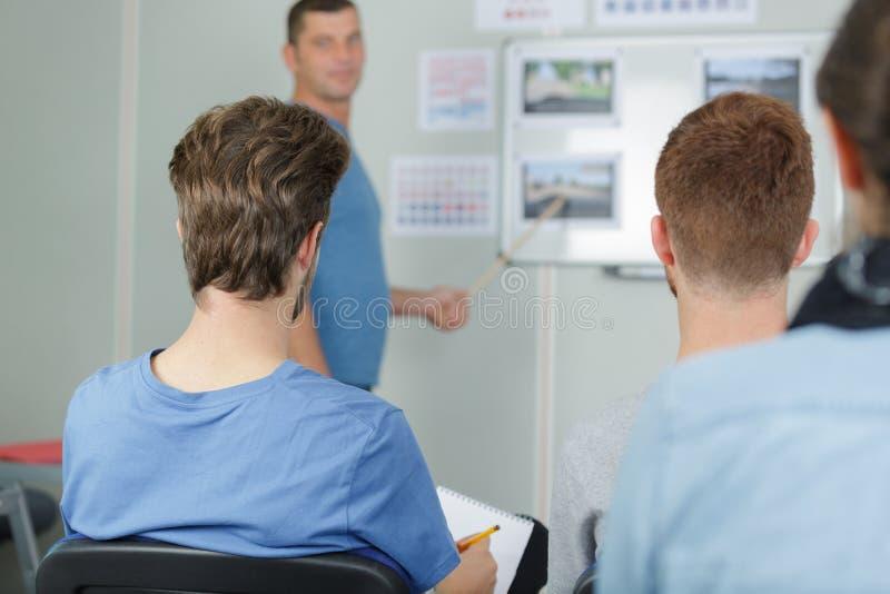 Achtermeningsstudenten in de les van de wegcode royalty-vrije stock afbeelding