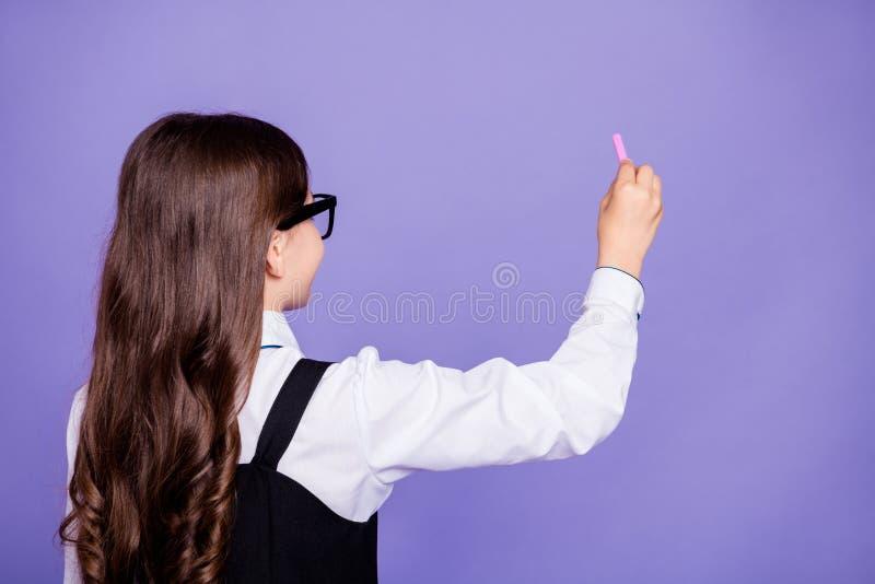 Achterrug achter mening van aardig aantrekkelijk slim slim intelligent ijverig wavy-haired pre-tienermeisje het schrijven voorbee stock foto's