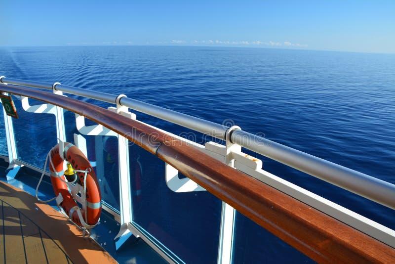 Achtersteven met een reddingsboei op Koninklijk Prinsesschip stock foto's
