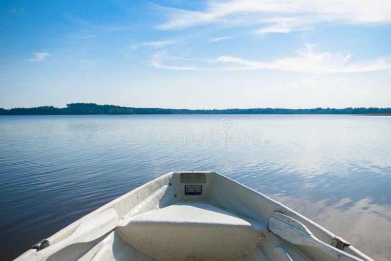 Achtersteven van de boot op het meer stock fotografie