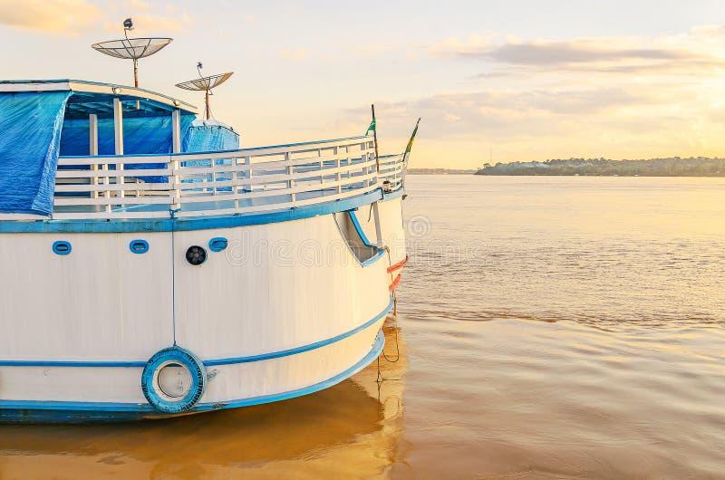 Achtersteven van de boten op de banken van de Rio Madeira-rivier op su royalty-vrije stock afbeeldingen