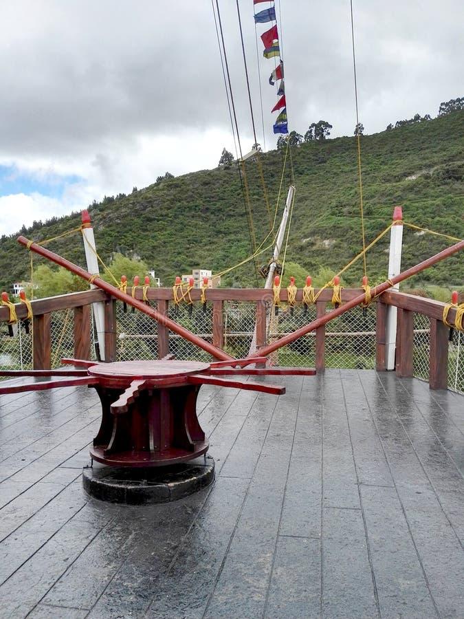 Achtersteven van de zwarte boot met rood van het park Jaime duque royalty-vrije stock afbeeldingen