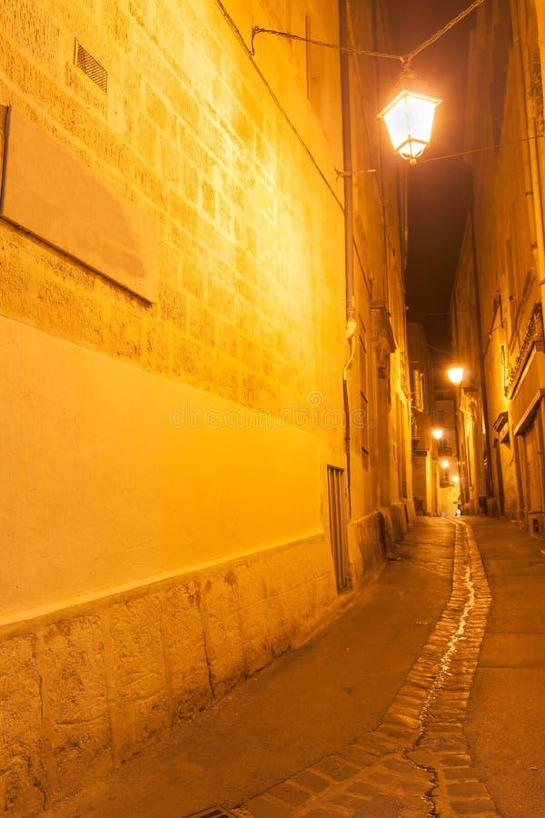 Achterstraten en stegen bij nacht Montpellier stedelijk Frankrijk & archi stock afbeelding
