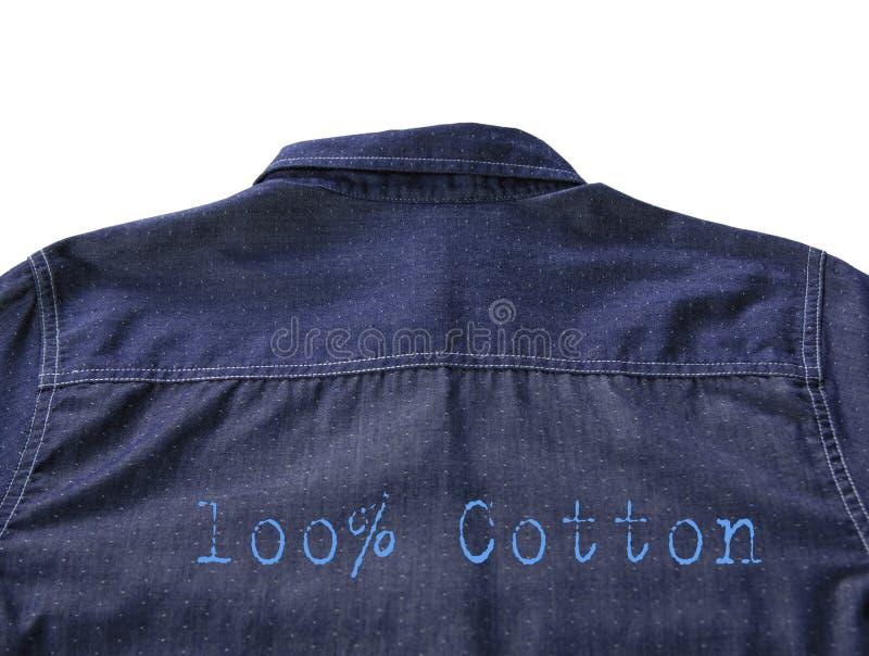 Achtertextuur van blauw die overhemd met tekst 100% katoen op witte achtergrond wordt geïsoleerd royalty-vrije stock foto