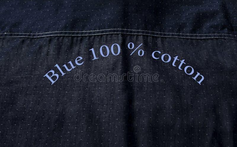 Achtertextuur van blauw die overhemd van zuiver katoen met tekst wordt gemaakt stock afbeeldingen