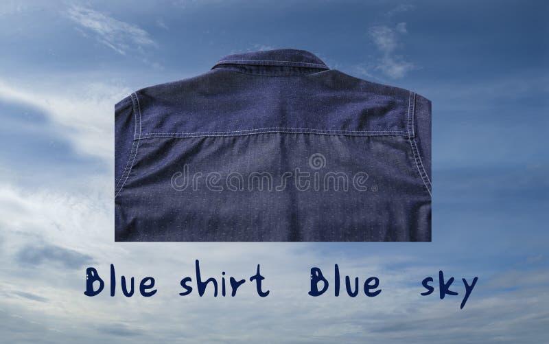 Achtertextuur van blauw overhemd met blauwe die teksten op blauwe hemelachtergrond wordt geïsoleerd stock afbeelding