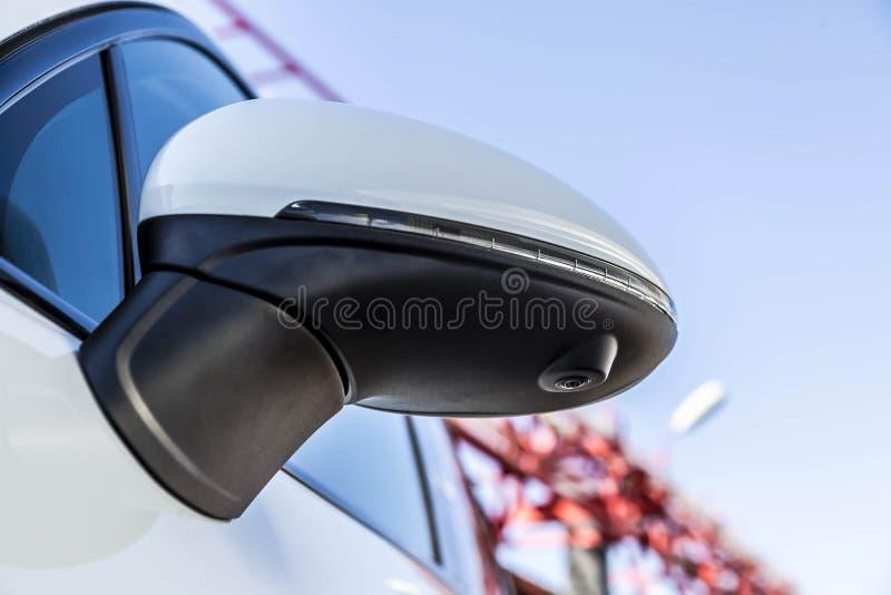 Achteruitkijkspiegeldekking met randmening 360 graden camera mening van neer over een witte premie SUV t parkeren stock afbeeldingen