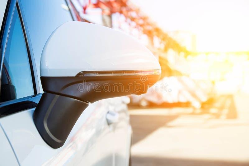 Achteruitkijkspiegeldekking met randmening 360 graden camera Op een witte premie SUV t Parkerenmedewerker en royalty-vrije stock afbeeldingen