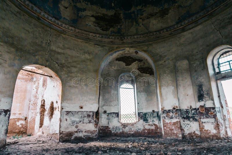 Achtervolgd herenhuis, de verlaten oude bouw binnen binnenland met boogvensters royalty-vrije stock fotografie