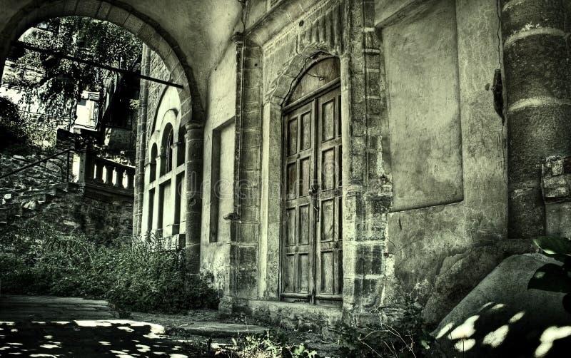 Achtervolgd oud huis stock foto's