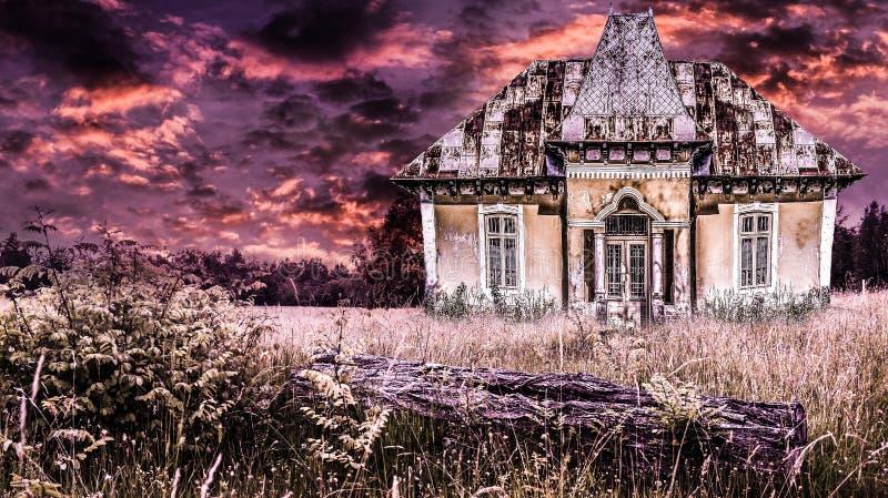 Achtervolgd oud huis in een dramatische verschrikkingsatmosfeer met brandhemel Griezelige zonsondergang over het oude angstaanjag stock fotografie