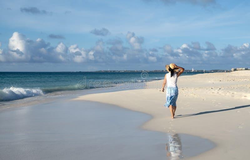 Achterweergeven van een Vrouw die blootvoets op een Caraïbisch Strand 6 lopen stock foto's