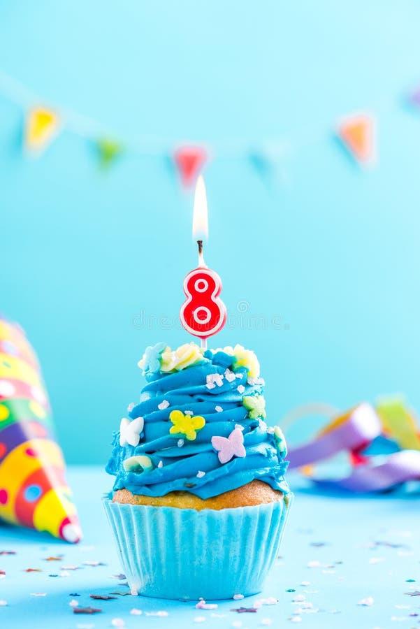 Achtste 8ste verjaardag cupcake met kaars Kaartmodel stock foto's