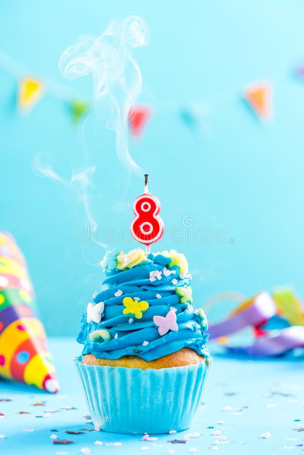 Achtste 8ste verjaardag cupcake met kaars uit slag Kaartmodel stock foto's