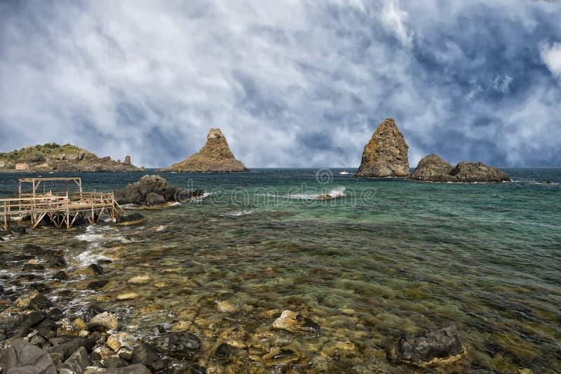 A ACI Trezza Sicília Cyclopes empilha rochas imagens de stock royalty free