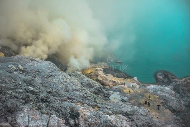 Acid lake och svavelgas vid Banyuwangi Ijen volcano, Java Island, Indonesien royaltyfria bilder