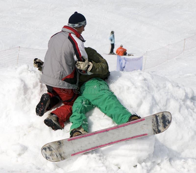 Acidente com o atleta na competição do inverno imagens de stock royalty free