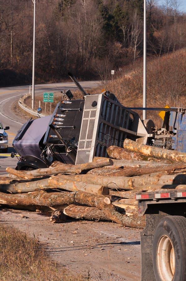 Acidente de registo do caminhão na estrada foto de stock