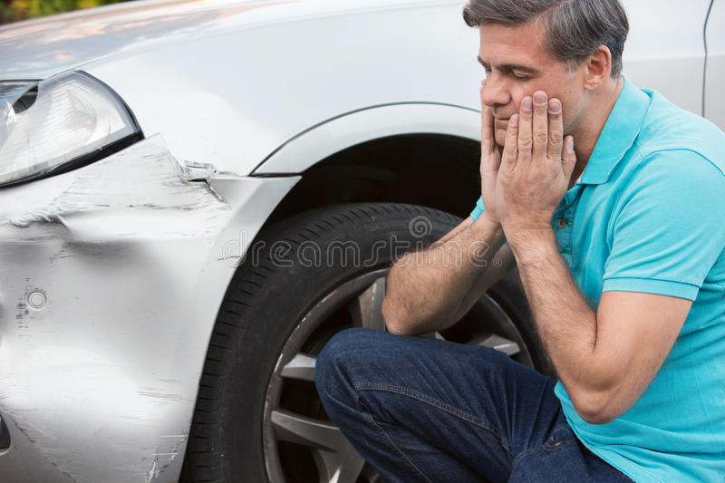 Acidente de trânsito infeliz de Inspecting Damage After do motorista imagem de stock