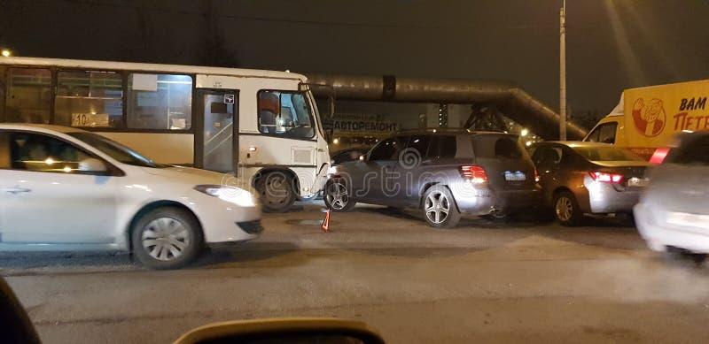 Acidente de viação com um ônibus e um carro na estrada foto de stock