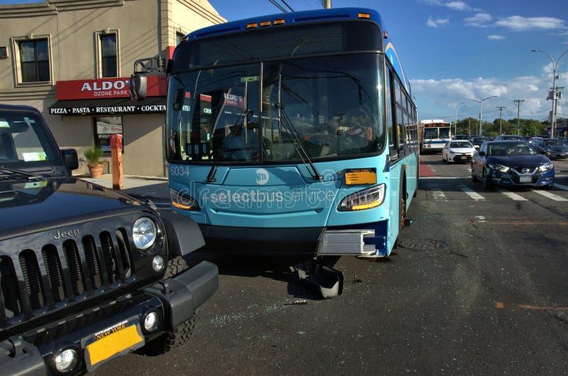 Acidente de viação do sedan do carro do ônibus do transporte público imagens de stock
