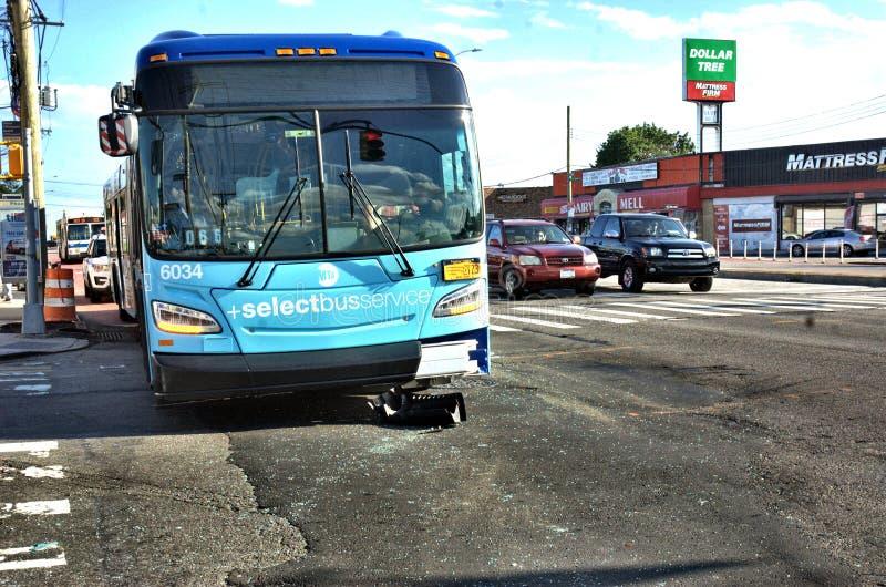 Acidente de viação do sedan do carro do ônibus do transporte público imagens de stock royalty free