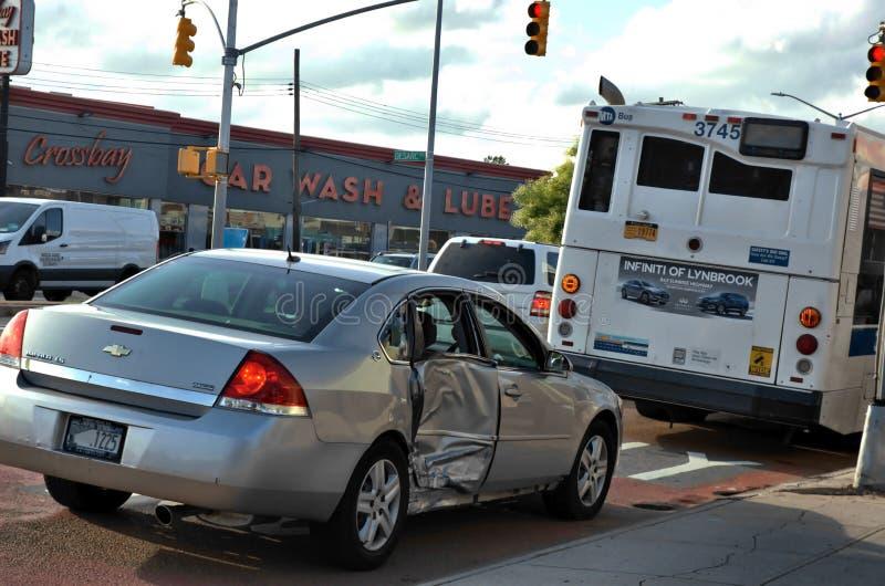 Acidente de viação do sedan do carro do ônibus do transporte público fotos de stock
