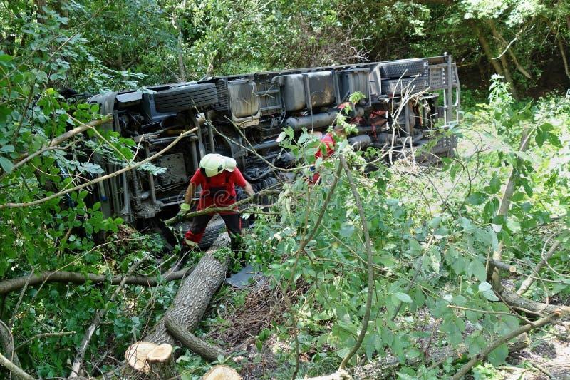 Acidente do caminhão O caminhão deixou de funcionar na estrada e virou fotos de stock