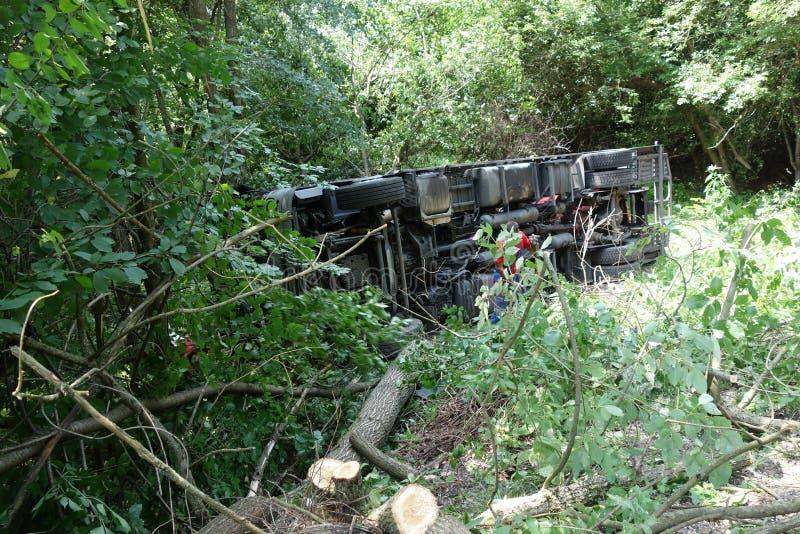 Acidente do caminhão O caminhão deixou de funcionar na estrada e virou fotografia de stock royalty free
