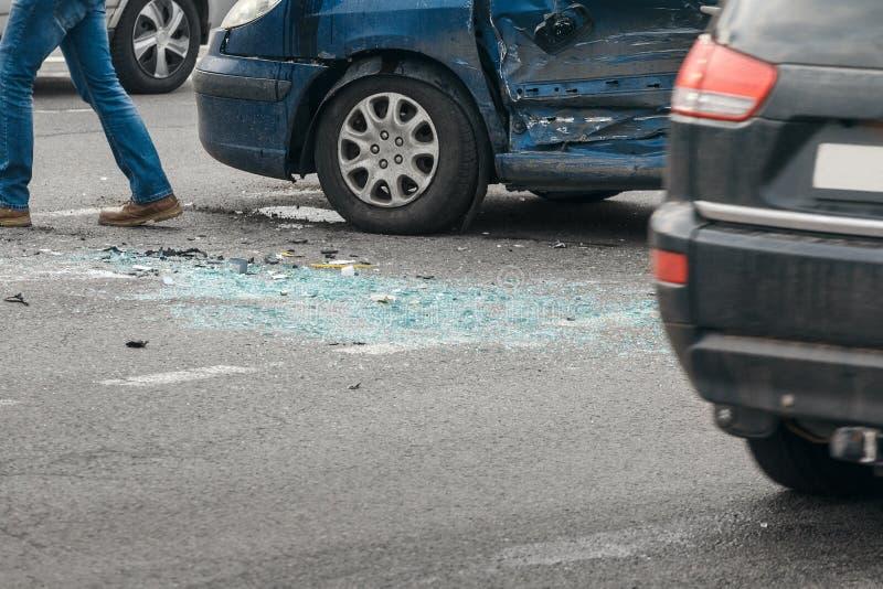 Acidente do acidente de viação na rua, automóveis danificados após a colisão na cidade imagens de stock royalty free