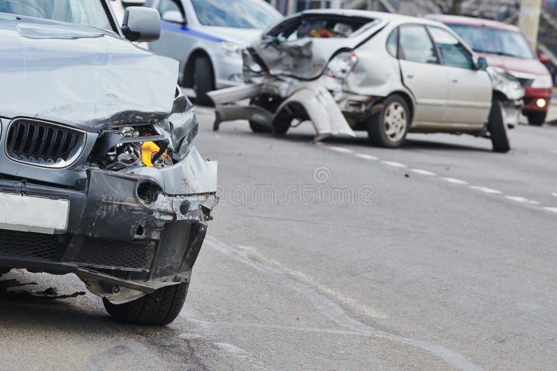 Acidente do acidente de viação na rua, automóveis danificados após a colisão na cidade imagem de stock royalty free