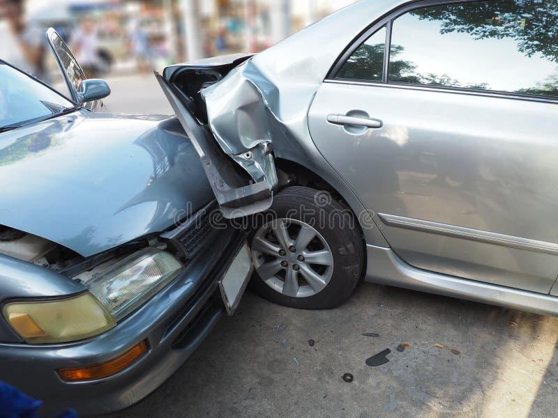 Acidente do acidente de viação na rua com destruição e os automóveis danificados Acidente causado pela negligência e pela falta d fotografia de stock