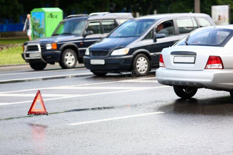 Acidente do vermelho e carro da prata após a chuva fotografia de stock